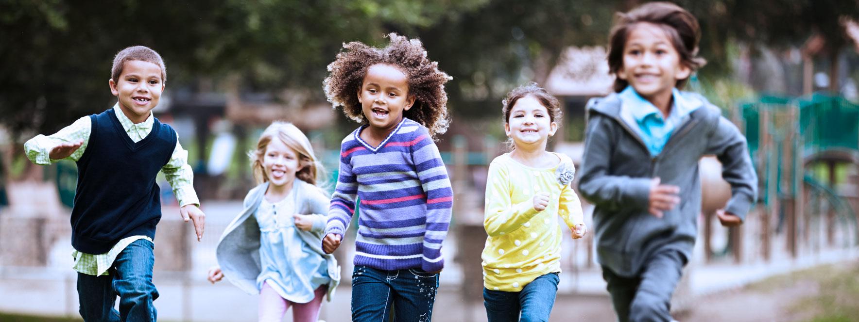 Groupe d'enfants qui courent et s'amusent