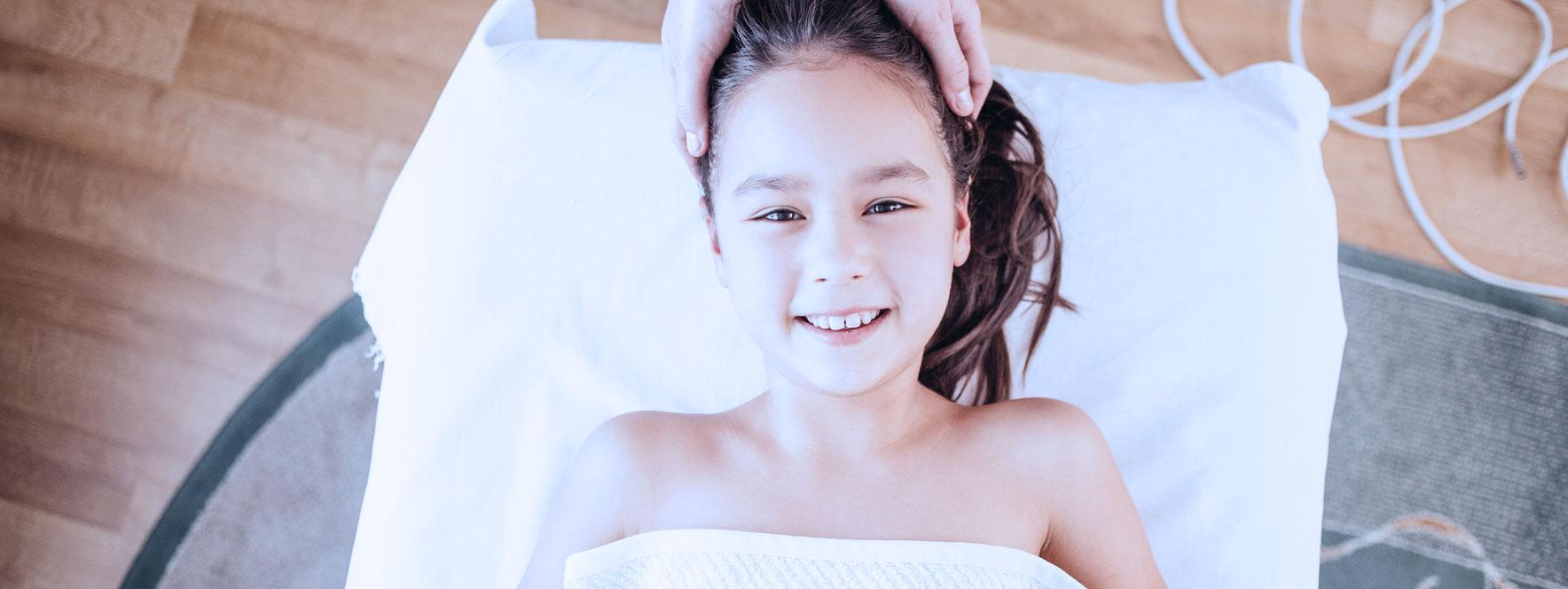 Petite fille qui reçoit un soin en massothérapie contre son stress