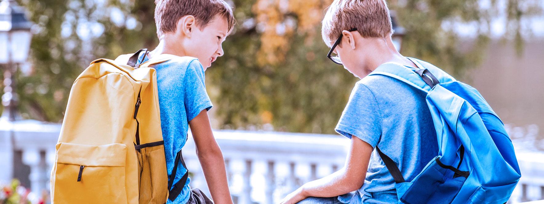 Deux petits garçons qui discutent