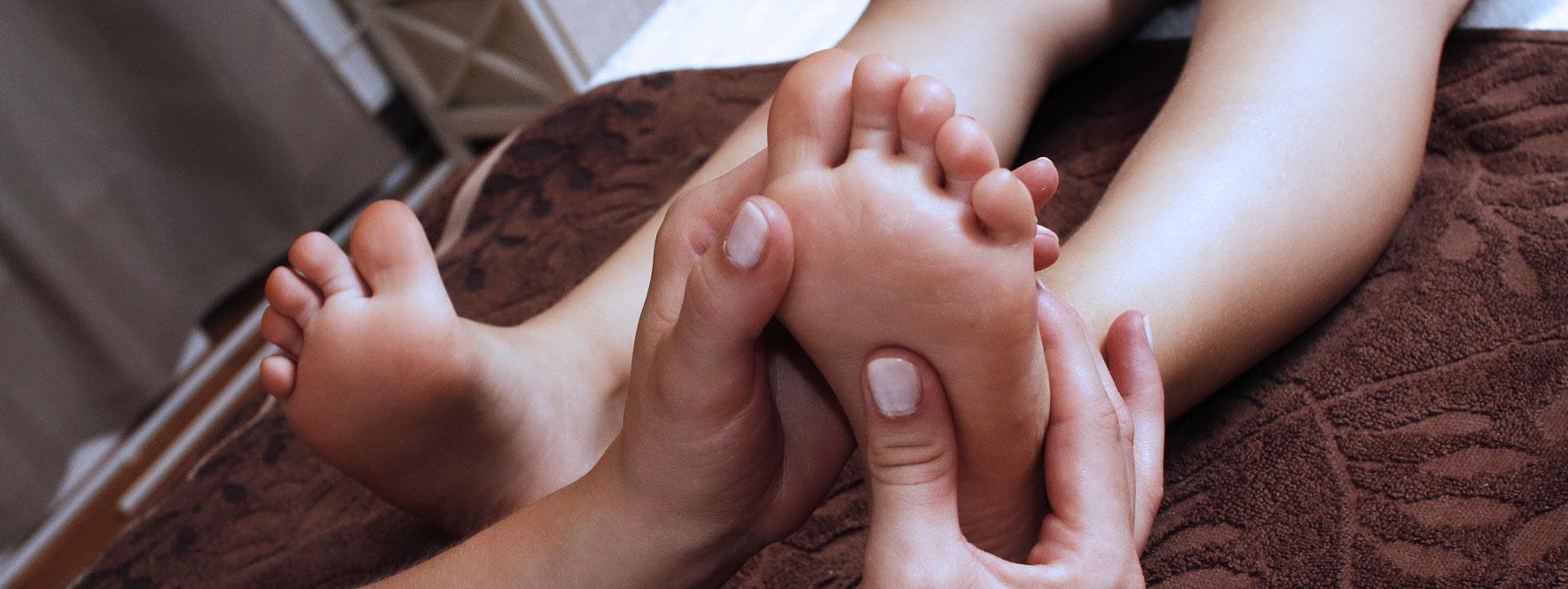 Un enfant reçoit un soin en massothérapie