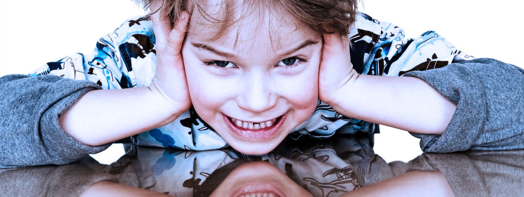 Un petit garçon stressé a besoin d'un soin en massothérapie