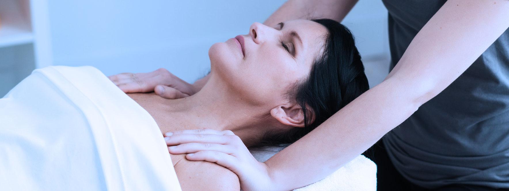 Femme qui respire profondément pendant son soin en massothérapie