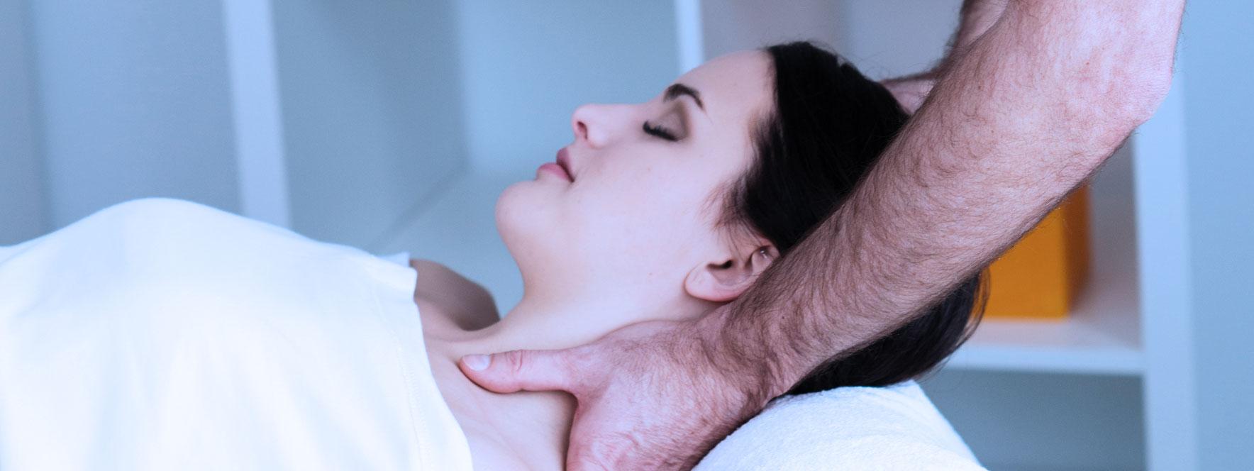 Une femme relaxe pendant son soin en massothérapie