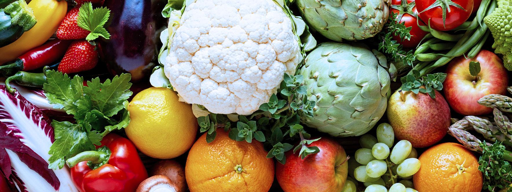 Légumes frais et fruits mélangés gardent le niveau d'énergie