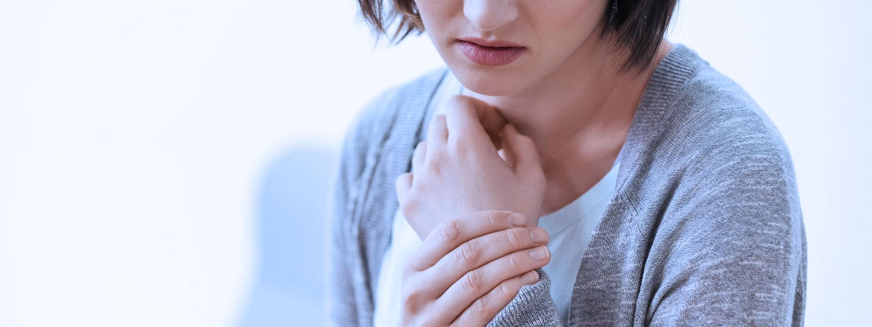 Jeune femme souffrant de douleur au poignet, tendinite