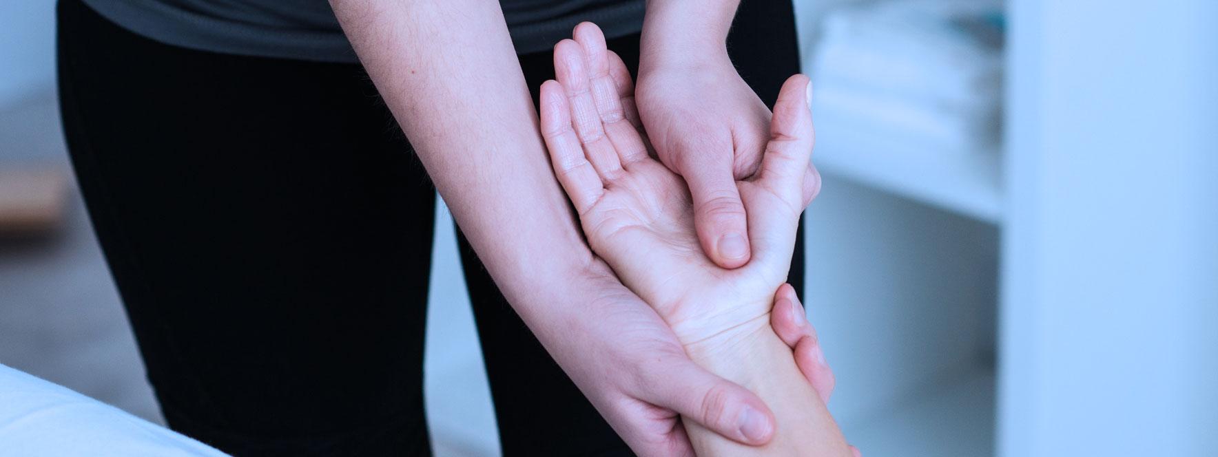 Massage du poignet et de la main, tendinite