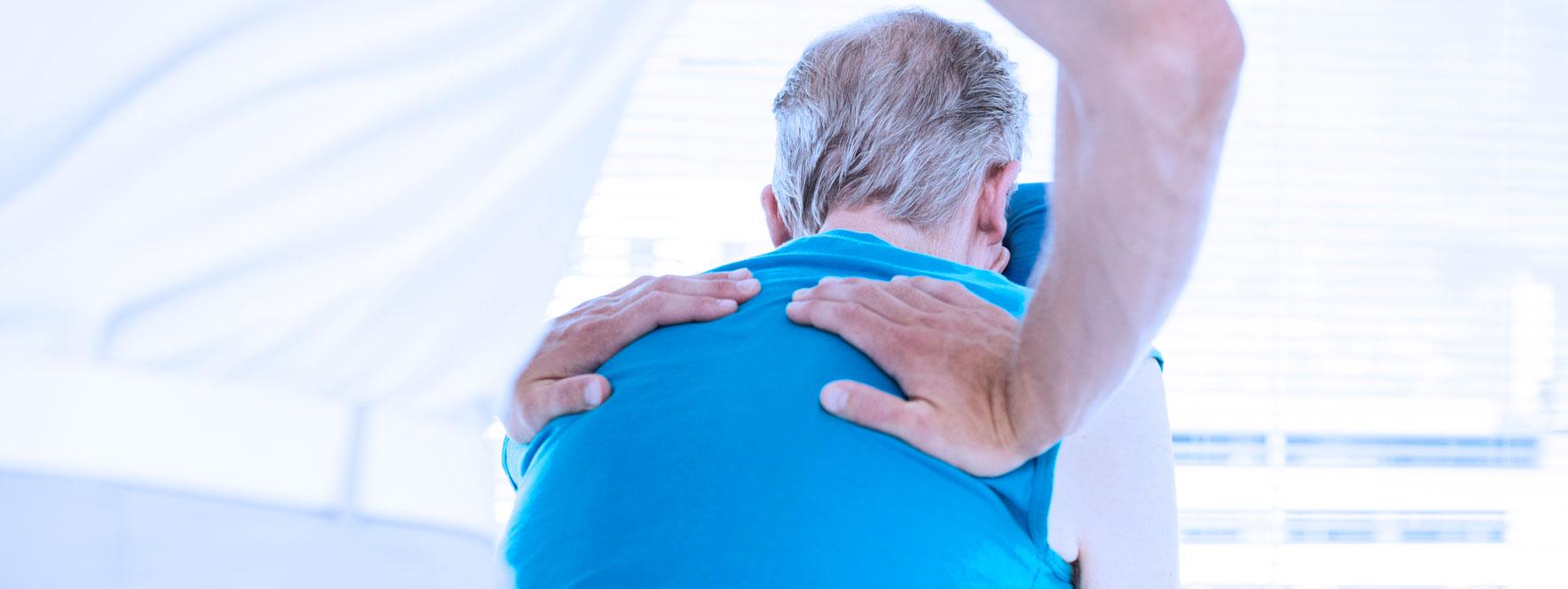 Homme âgé se fait masser le dos, bienfaits de la massothérapie