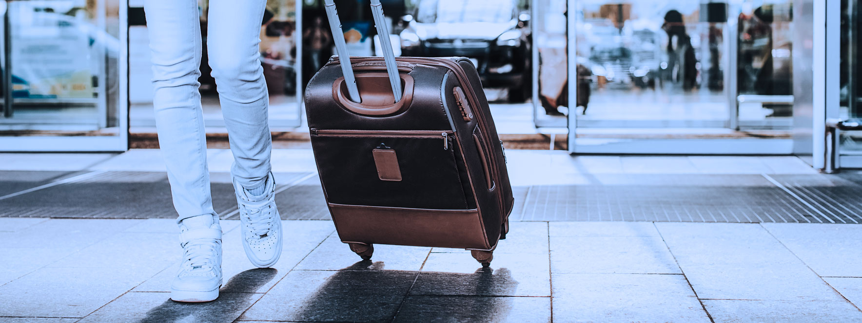Femme à l'aréoport, évacuez votre stress du voyage