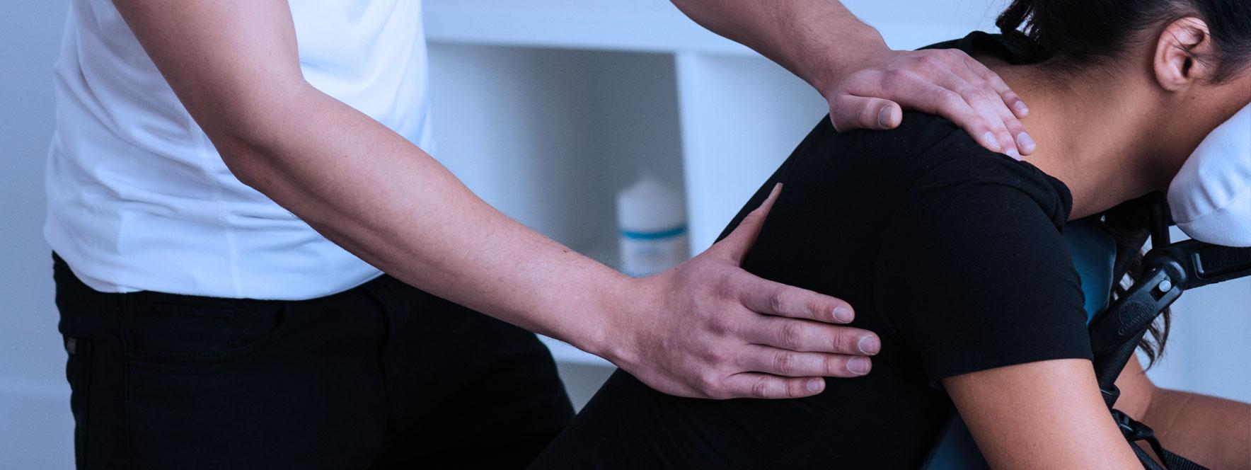 Femme se fait masser, massothérapeute qui relâche les tensions