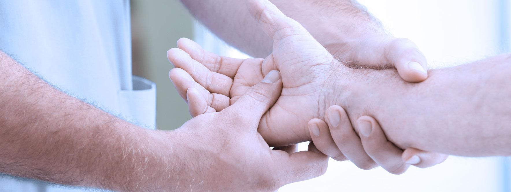 Massage de la main pour personne âgée, diminue les effets de certains maux