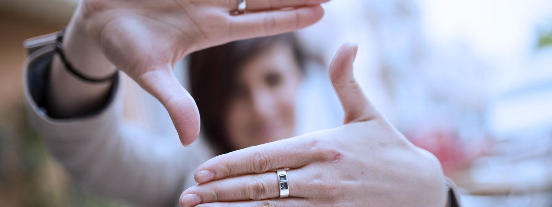 Femme qui garde le focus avec ses mains - Blogue du Réseau