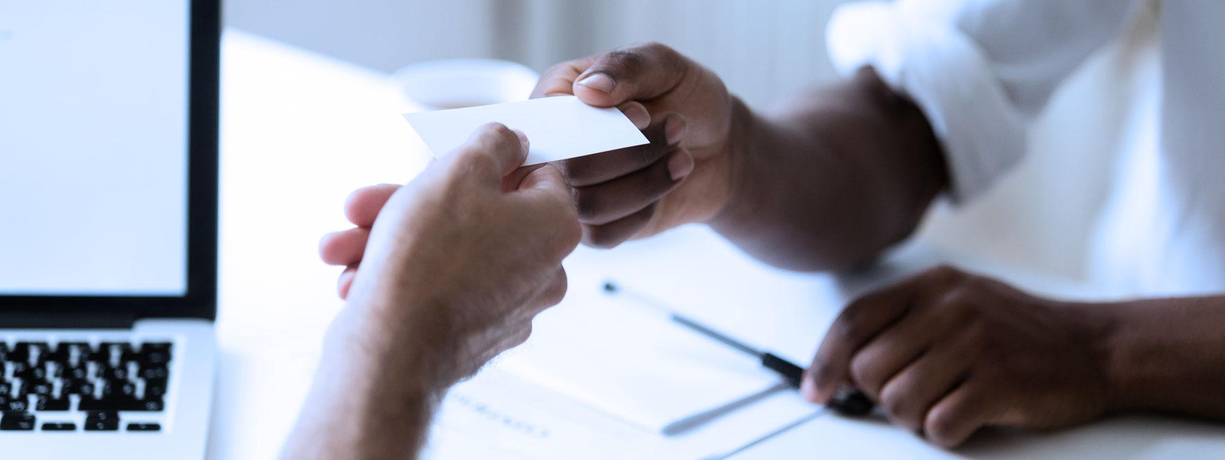 Relation d'aide - Réferer votre client, échange de carte d'affaire - blogue du Réseau
