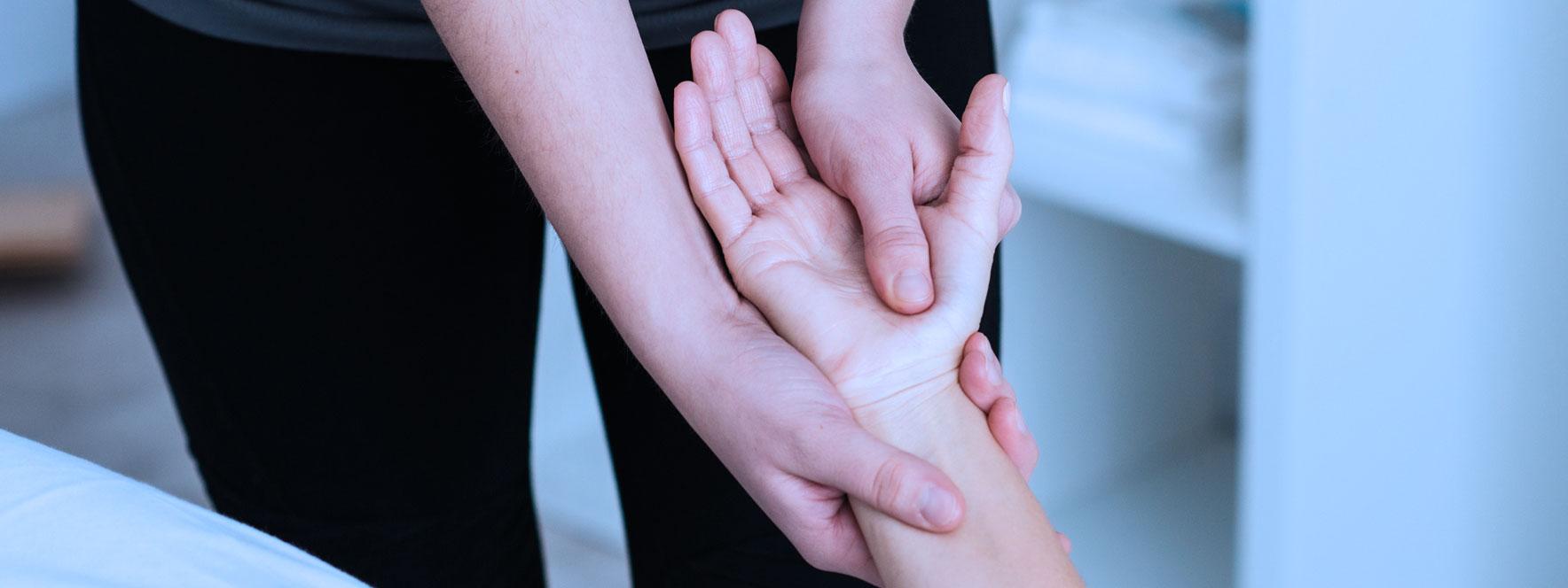 Massage de la main, soin en massothérapie pour le parkinson