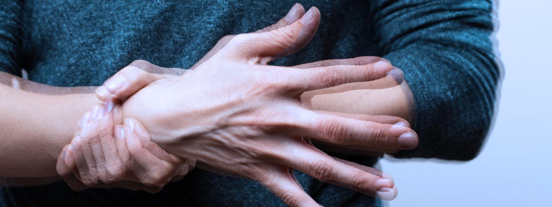 Les mains d'une personne atteinte de la maladie de Parkinson tremblent