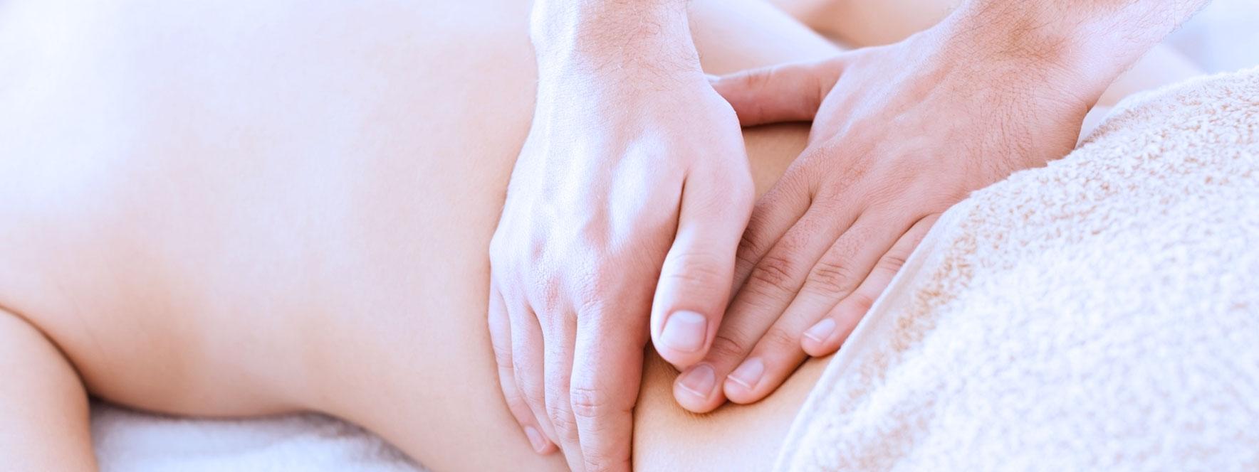 Femme recevant un massage du lombaire améliore les douleurs menstruelles