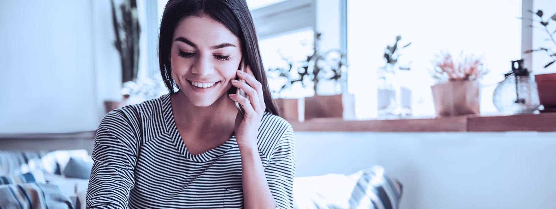 Une massothérapeute parle à un client au téléphone