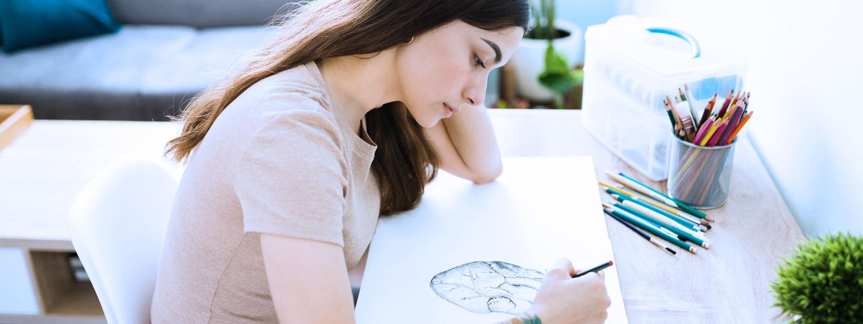 Femme sédentaire qui est en train de dessiner