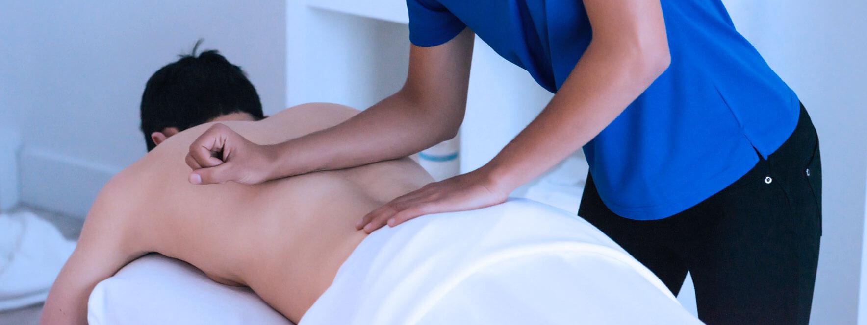 Homme qui reçoit un massage lomi lomi