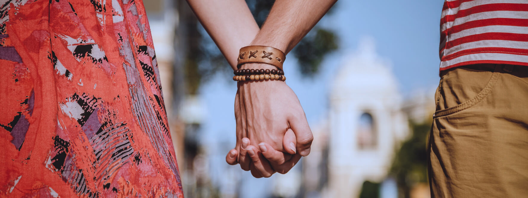 Un jeune couple se tenant la main communique par le toucher