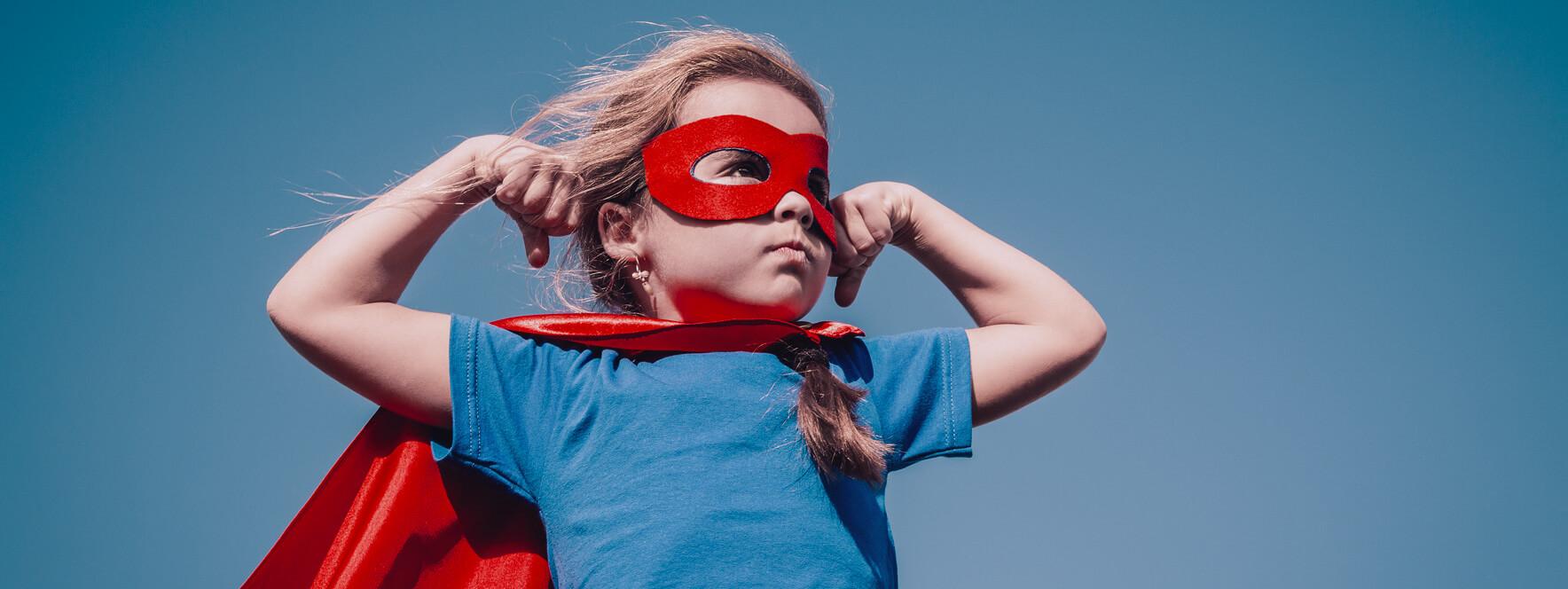Petite fille amusante en super héros en pleine santé avec un bon système immunitaire