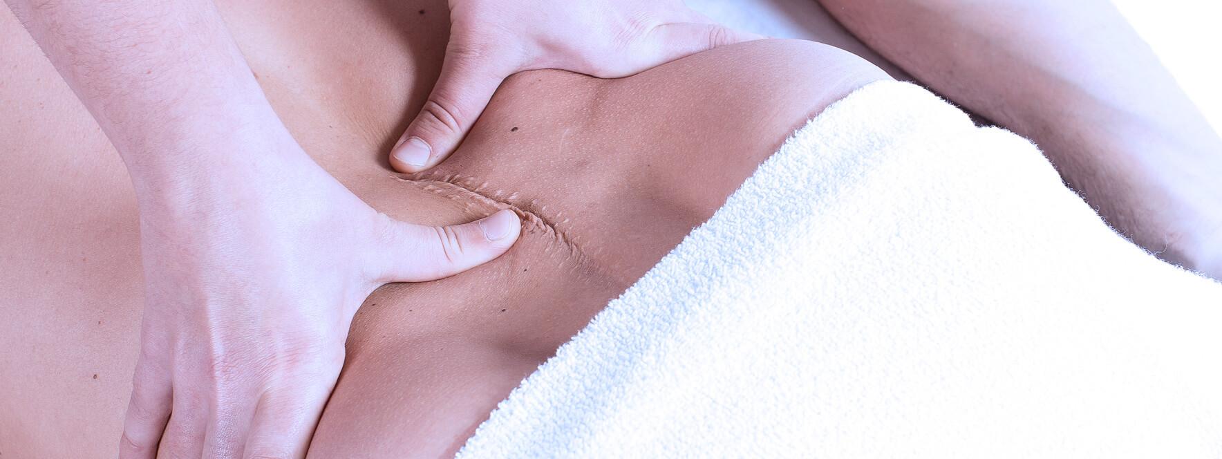 Homme avec une blessure reçoit un soin de massage qui diminue sa douleur