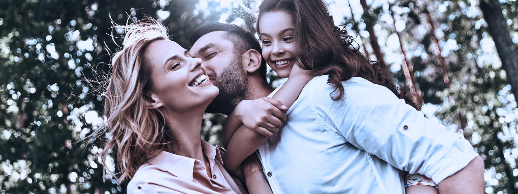 Joyeuse jeune famille se fait des câlins diminue leur stress par le toucher